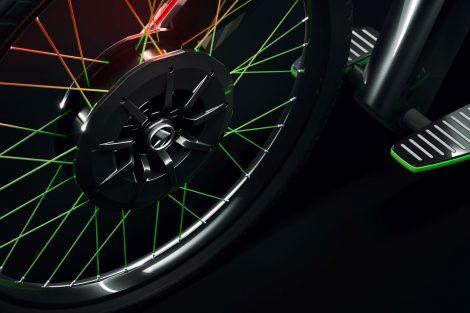 Klement s motorem o výkonu 4 kW, integrovaným v náboji kola, dosáhne maximální rychlosti 45 km/h. Ovládání akcelerace a brzd je integrováno v naklápěcích stupačkách.Foto: Jan Sůra