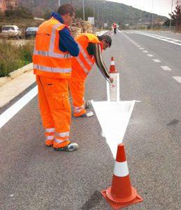 Pracovníci společnost Maycon v Řecku při obnově vodorovného dopravního značení. Foto: Maycon