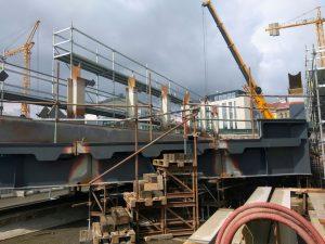Svařování ocelové konstrukce mostovky, která překoná ulici Prvního pluku. Foto: Jan Sůra