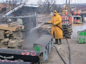 Čištění původních žulových prvků na mostě. Foto: Jan Sůra