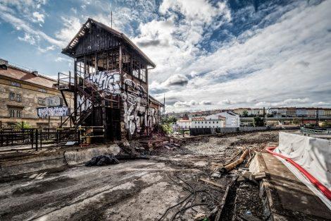 Už tři měsíce po zahájení stavebních prací na Negrelliho viaduktu došlo k požáru historického hradla, které je považováno za nemovitou kulturní památku. Původní plány rekonstrukce Negrelliho viaduktu s jakýmikoliv úpravami hradla nepočítaly, avšak nakonec došlo ke změně a jeho oprava byla do projektu začleněna. Nebude nijak využíváno. Foto: Hochtief