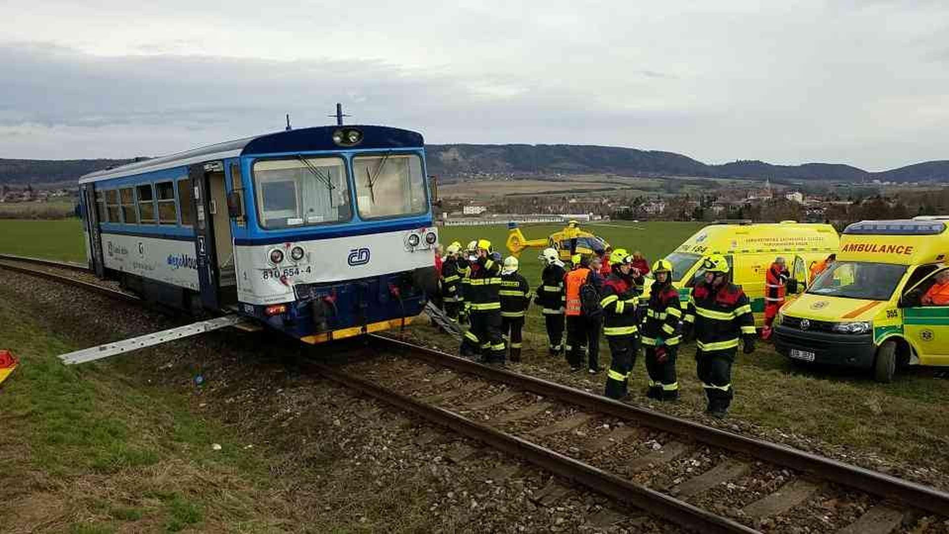 Motorový vůz 810 po srážce na trati Čáslav - Třemošná. Foto: HZS Pardubického kraje