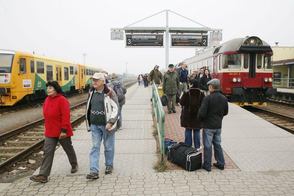 Nádraží v Turnově. Cestující zde k nástupištím chodí přes centrální přechod, SŽDC chce vybudovat podchod. Foto: České dráhy