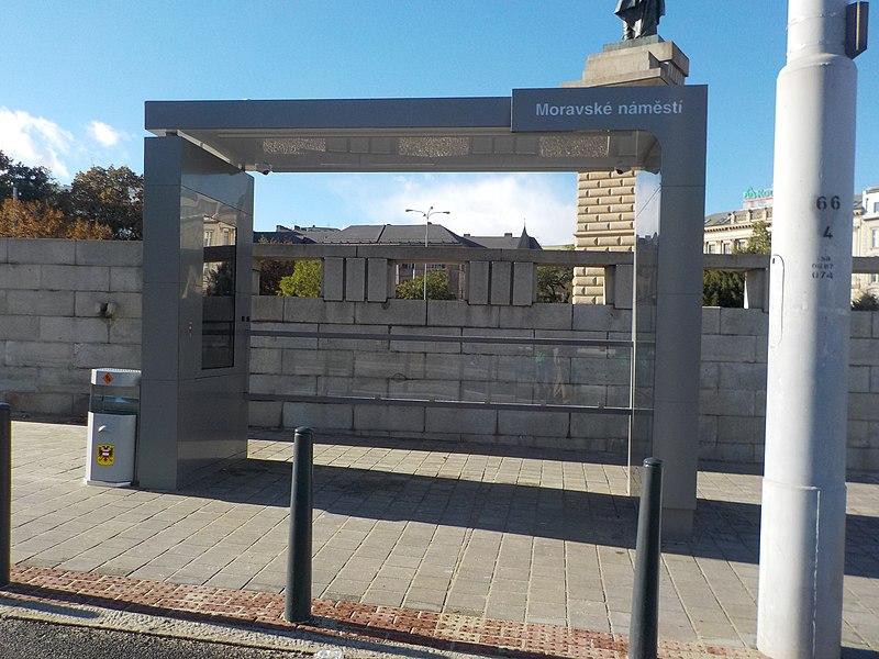 Zastávka MHD v Brně na Moravském náměstí. Autor: R-bahn – Vlastní dílo, CC BY-SA 2.5, https://commons.wikimedia.org/w/index.php?curid=73018477