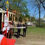 Pražský radní pro dopravu Adam Scheinherr odhaluje novou zastávku ve Stromovce. Pramen: FB Adama Scheinherra