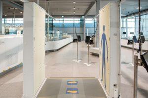 Bezpečnostní body skener na letišti v Kolíně nad Rýnem. Foto: © Raimond Spekking/ Wikimedia Commons