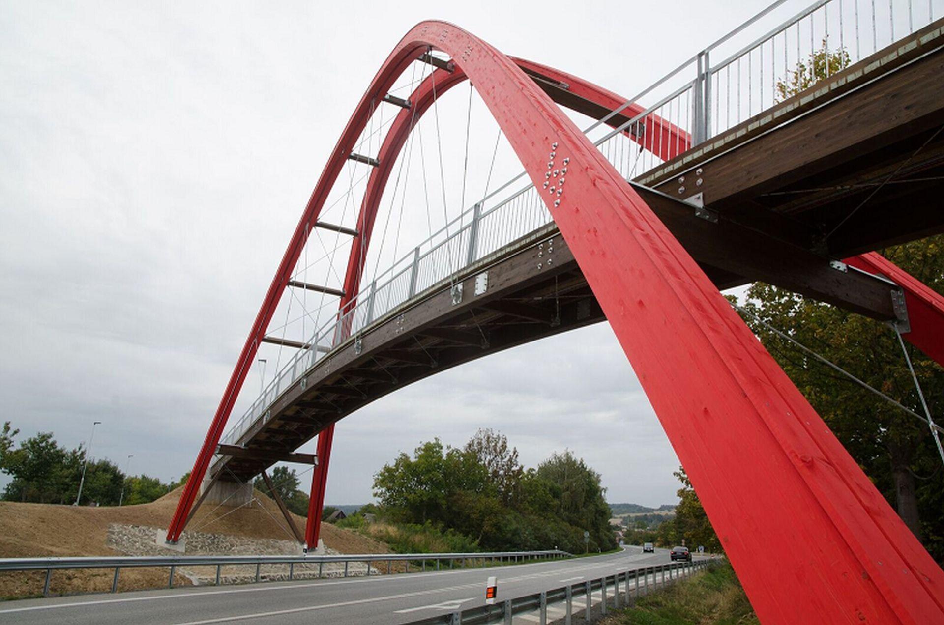 Zatímco jeden most půjde v Hořicích k zemi, od loňska slouží přes silnici I/35 nový pro pěší a cyklisty. Foto: Eurovia