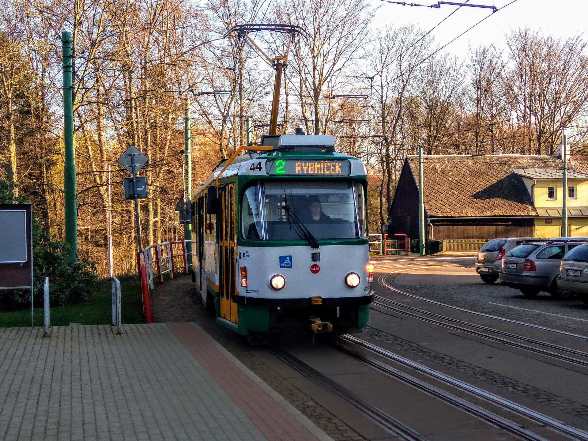 Tramvaj v Liberci v Lidových sadech v oblouku u restaurace Formanka. Foto: Jan Sůra