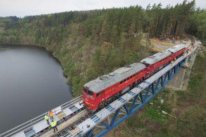 Testování nosnosti mostu přes Hracholuskou přehradu. Foto: Jan Chaloupka