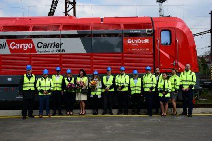 Zástupci CZ LOKO, Rail Cargo Carrier a Unicredit Leasing během slavnostního předání lokomotivy EffiLiner 1600. Foto: CZ LOKO