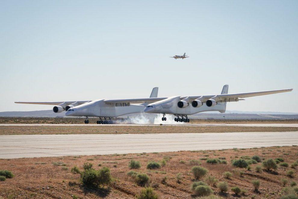 Letadlo Stratolaunch při přistání. Foto: Stratolaunch