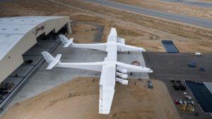 Stratolaunch na své základně v Mohavské poušti. Foto: Stratolaunch