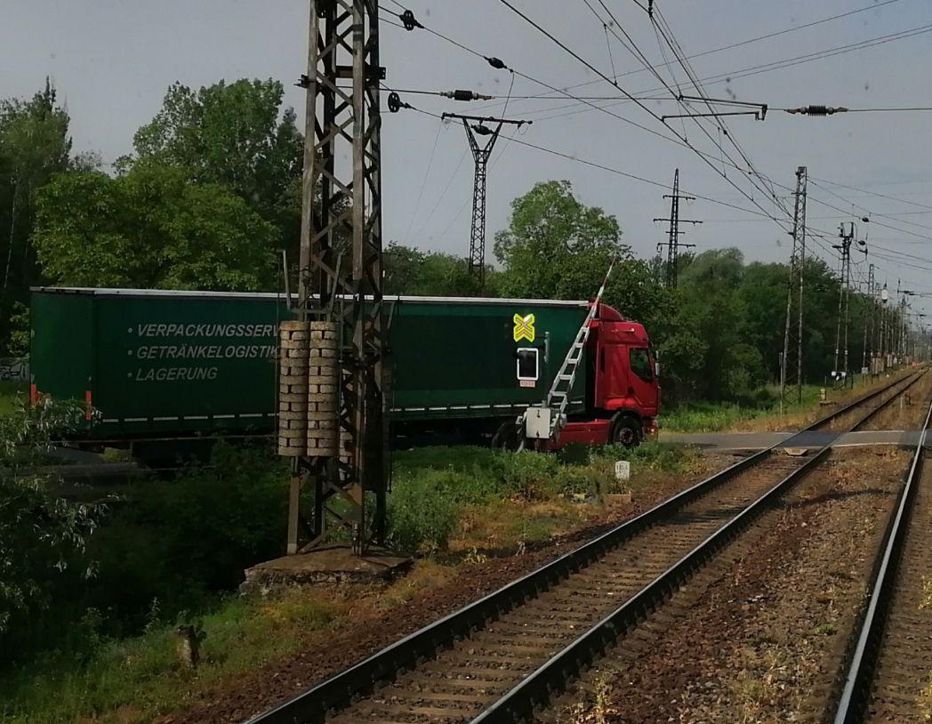 Kamion chycený závorou. Pramen: Leo Express