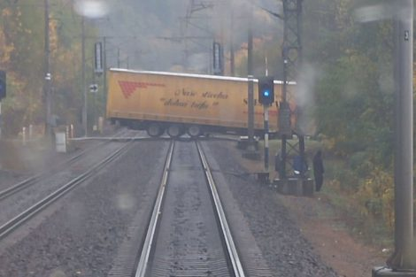 Kamion zaklíněný na přejezdu, podzim 2016. Pramen: Leo Express