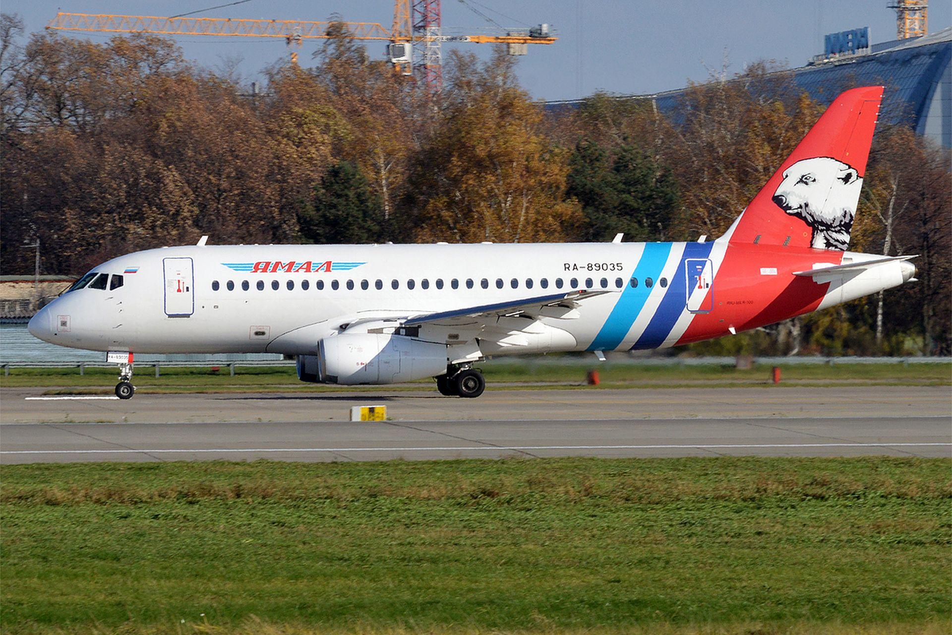 Suchoj SuperJet 100 společnosti Jamal Airlines. Foto: Anna Zvereva from Tallinn, Estonia - Yamal Airlines, RA-89035, Sukhoi Superjet 100-95LR, CC BY-SA 2.0, https://commons.wikimedia.org/w/index.php?curid=53851639