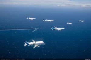 Speciální formace šestice letadel Airbus doprovázená Patrouille de France. Foto: Airbus