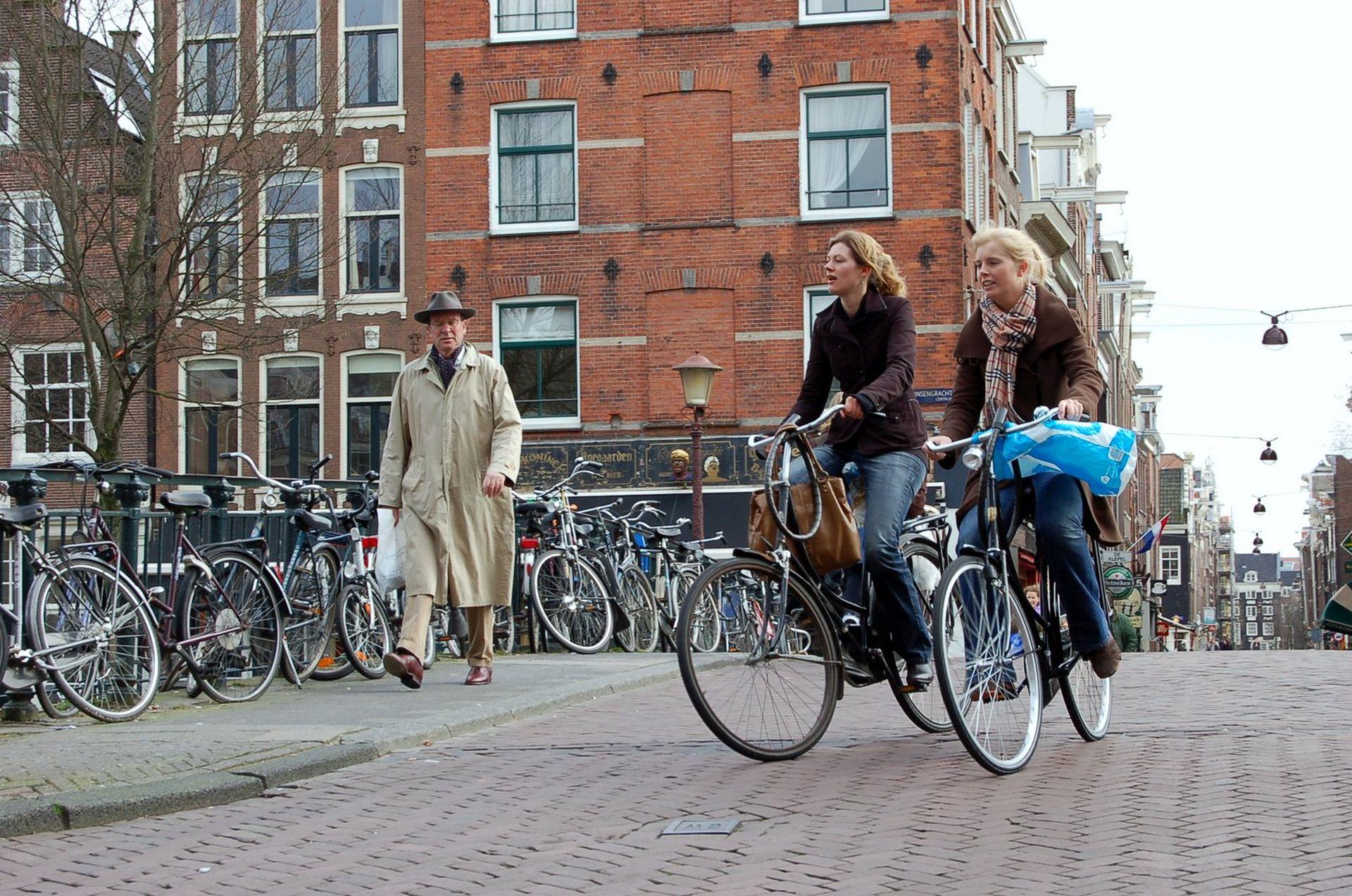 Amsterdam je známý jako město kol, bojuje ale i s emisemi z automobilové dopravy. Foto: Jan Sůra
