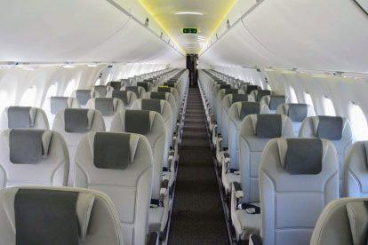 Šířka kabiny je 3,28 metru a výrobce do ní instaloval jen pět sedaček do jedné řady, zatímco v Boeingu 737-800 je v kabině široké 3,54 metru 6 míst na jednu řadu. Foto: Jan Sůra