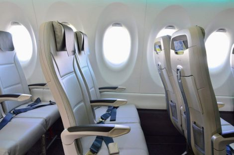 Oproti jiný úzkotrupým letadlům má A220 i větší okna. Foto: Jan Sůra