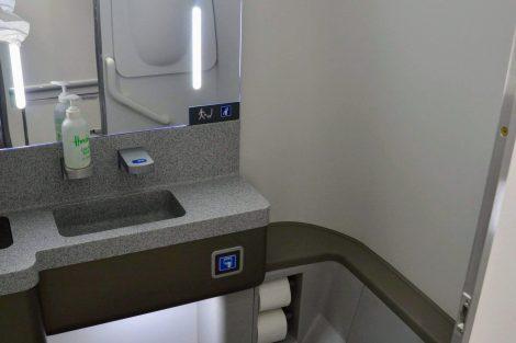 Jedna z výhod interiéru A220: prostorná toaleta. Například cestující s výškou nad 190 cm se zde na rozdíl od jiných letadel nemusí ohýbat. Foto: Jan Sůra