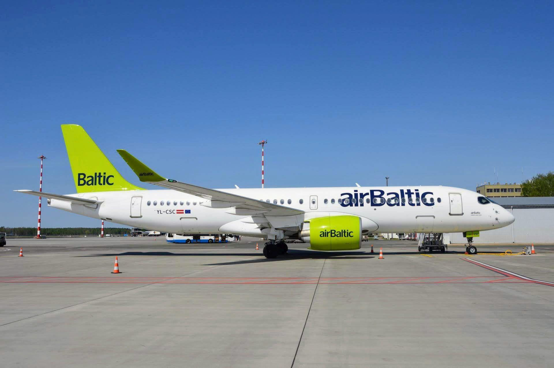 Airbus A220-300 nasazuje aerolinka nově i na lety mezi Rigou a Prahou, z jedenácti letů týdně pokrývají tyto stroje většinu. Foto: Jan Sůra