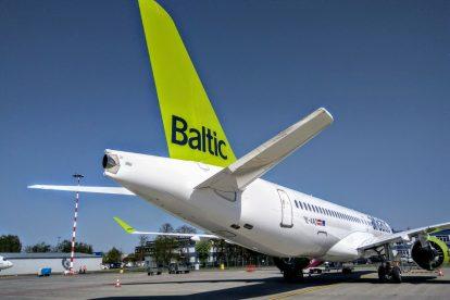 Airbus A220-300 společnosti airBaltic na letišti v Rize. Foto: Jan Sůra
