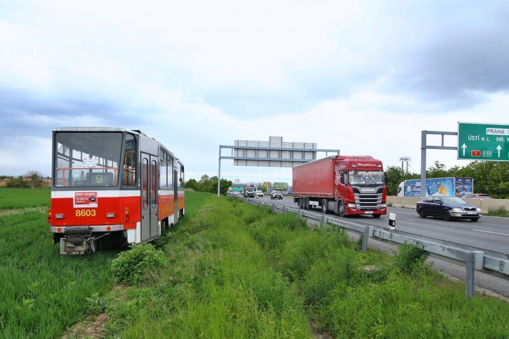 Odstavená tramvaj u D1 v Průhonicích. Foto: Ropid