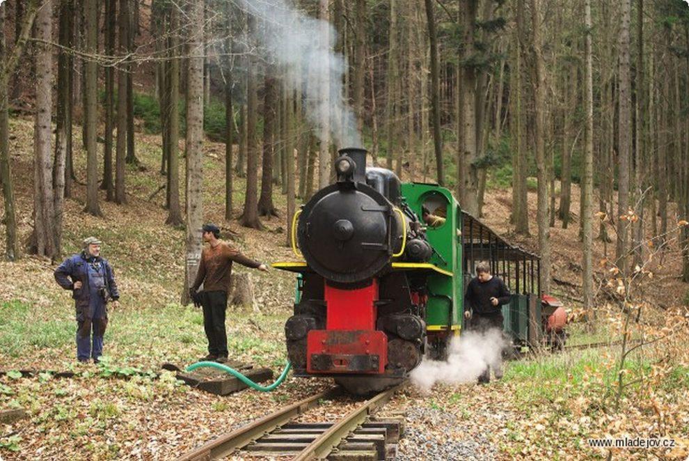 Zbrojení lokomotivy BS 80 u lesní studny na Josefce. Foto: Petr Hrubý / Mladějovská průmyslová dráha