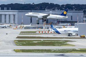 Průlet A320 registrace D-AIPA na závodem Airbusu v Hamburku. Foto: Lufthansa