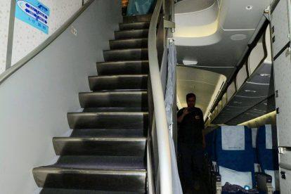 Schody na horní palubu, kde je umístěna byznys třída Prestige. Foto: Michal Holeček