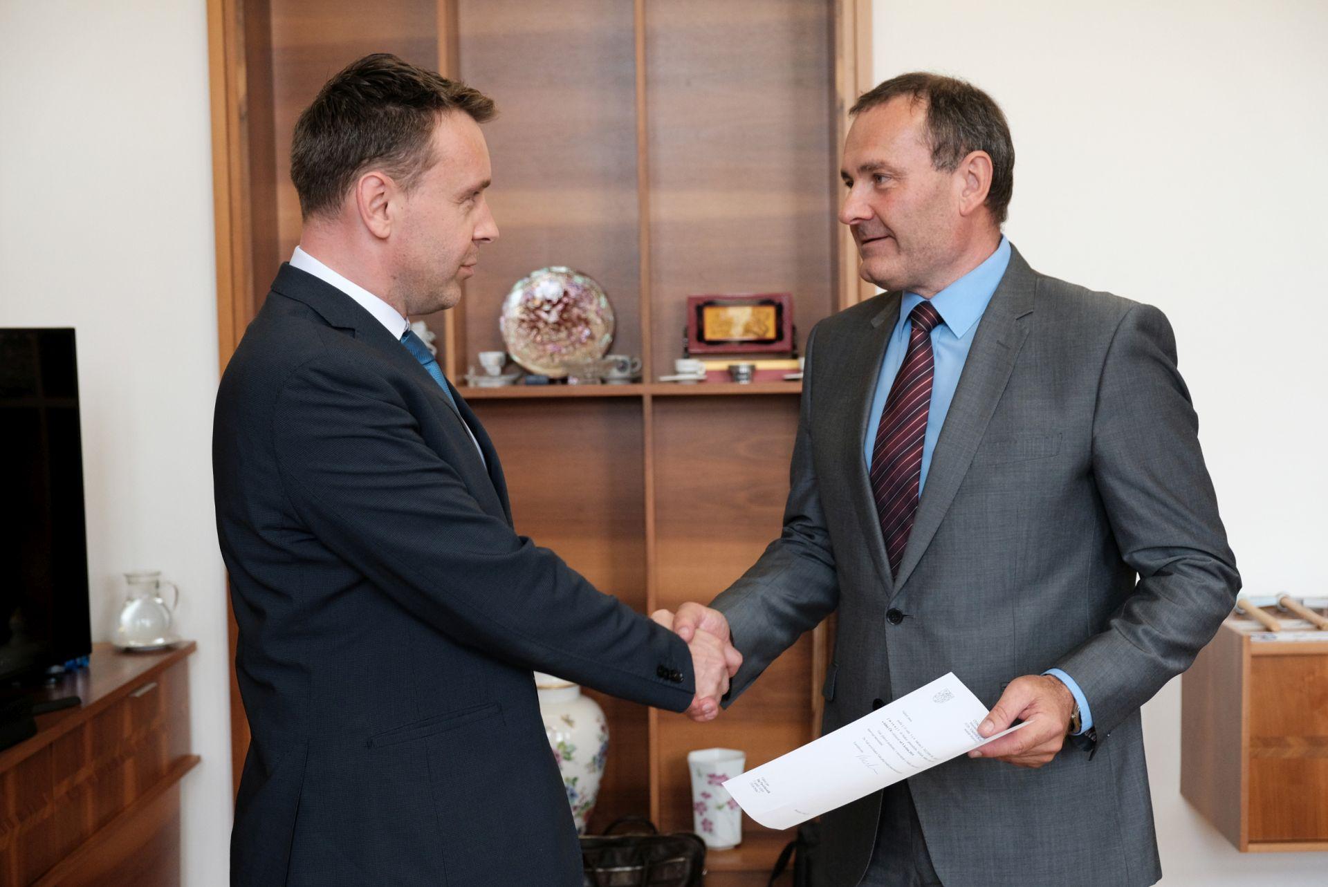 Jmenování Pavola Kováčika (vpravo) Vladimír Kremlíkem. Foto:Ministerstvo dopravy