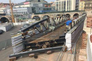 Svařování ocelové konstrukce část na místě. Foto: Strabag Rail