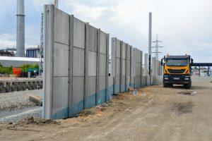U přesmyku domažlické tratě nebudou chybět jako u většiny modernizovaných úseků na české železnici protihlukové stěny. Foto: Jan Sůra