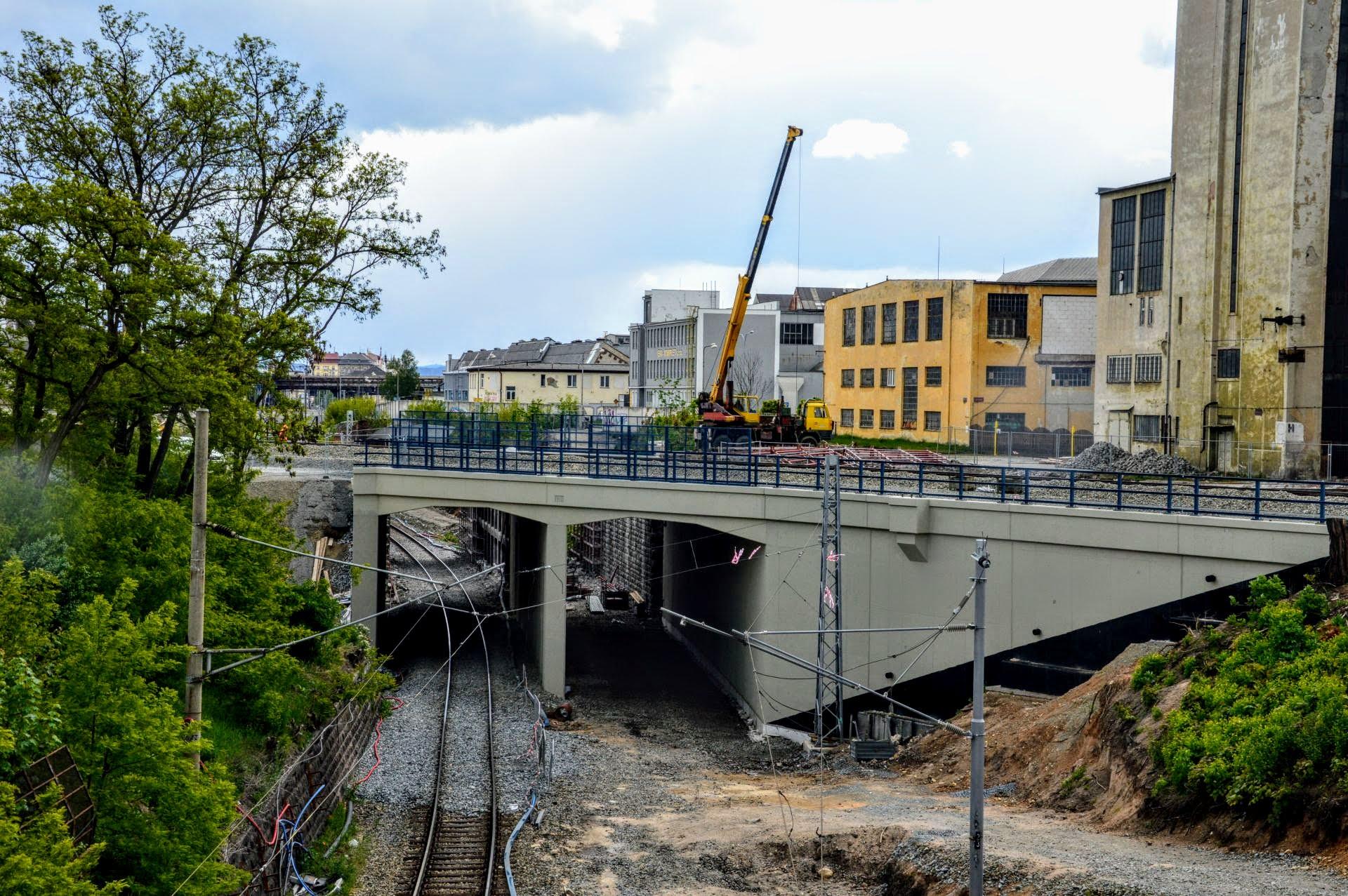 Nově vybudovaný most přesmyku domažlické trati přes trať do Chebu. Foto: Jan Sůra