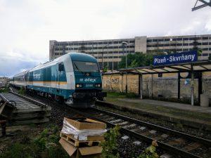 Západní Express do Mnichova projíždí zastávkou Plzeň - Skvrňany. Ta se přesune o pár desítek metrů jinam na novou trať domažlického přesmyku. Foto: Jan Sůra
