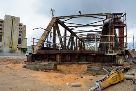 Takzvaný Fantův Most, který spojoval areály Škody Plzeň přes železniční trat v oblasti přesmyku domažlické trati. I ten zmizí. Foto: Jan Sůra