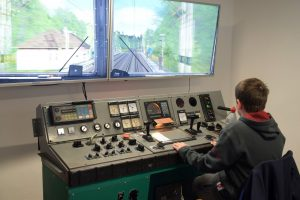 Studenti si během speciální akce mohli vyzkoušet například lokomotivní trenažer. Foto: ŽESNAD.cz