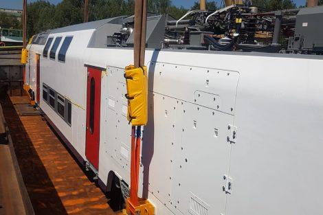 Vůz nové jednotky pro belgické dráhy při nakládce na loď.Pramen: EVD-Sped.