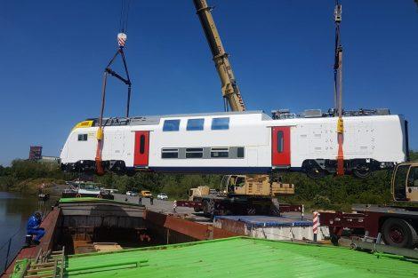 Vůz nové jednotky pro belgické dráhy při nakládce na loď. Pramen: EVD-Sped.