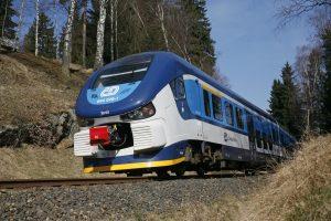 Motorová jednotka 844 RegioShark u Kytlic na trati z Děčína do Rumburku. Foto: České dráhy