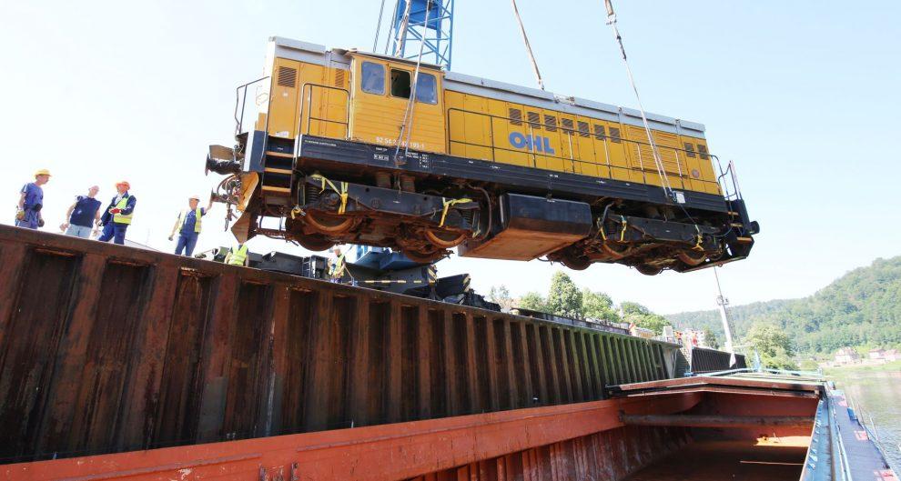 Vykládka lokomotivy 742 v Děčíně. Foto: Karel Pech / Deník