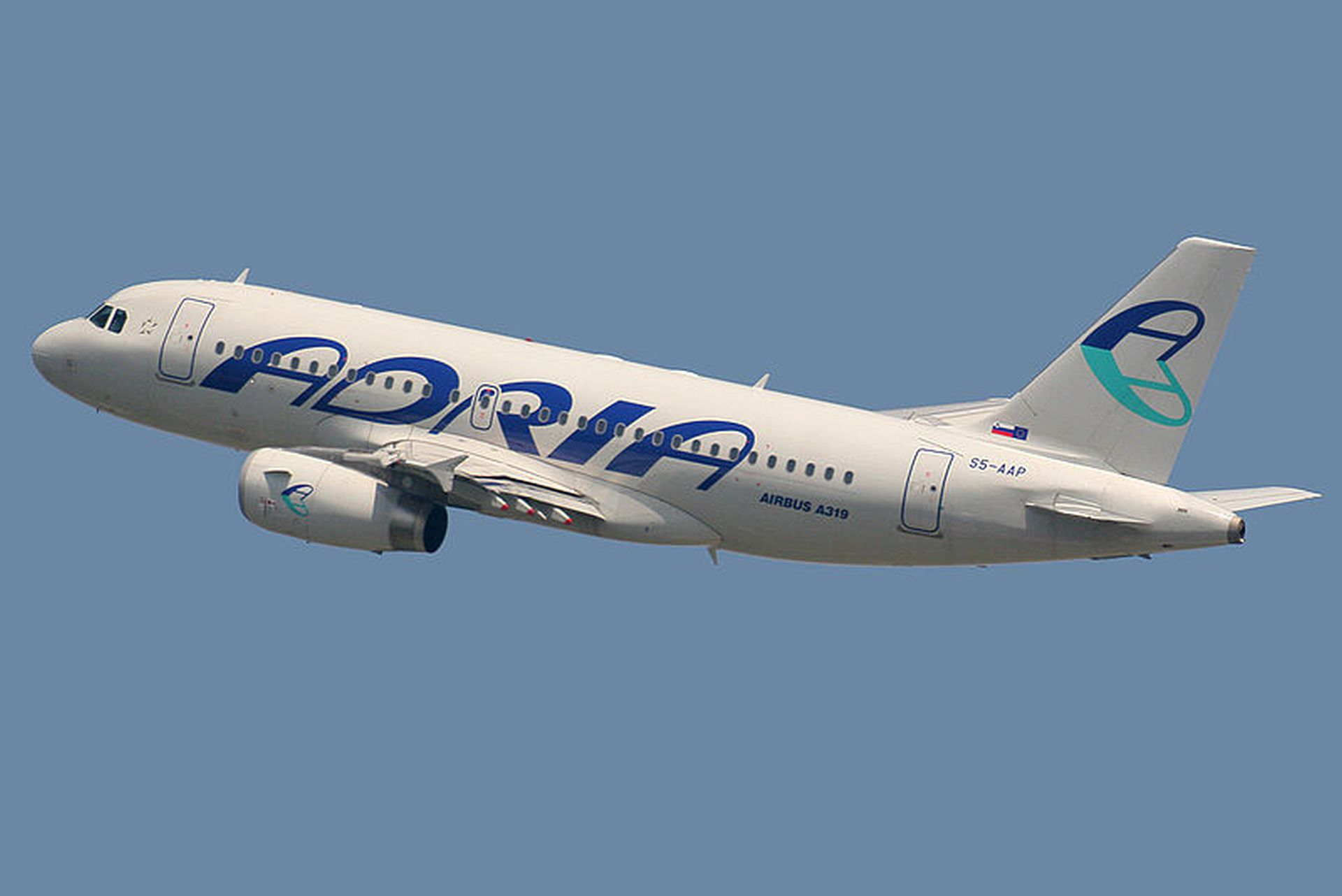 Airbus A319 společnosti Adria Airways. Foto: Autor: Curimedia – Flickr: Airbus A319-132 Adria Airways S5-AAP, CC BY 2.0, https://commons.wikimedia.org/w/index.php?curid=19869672