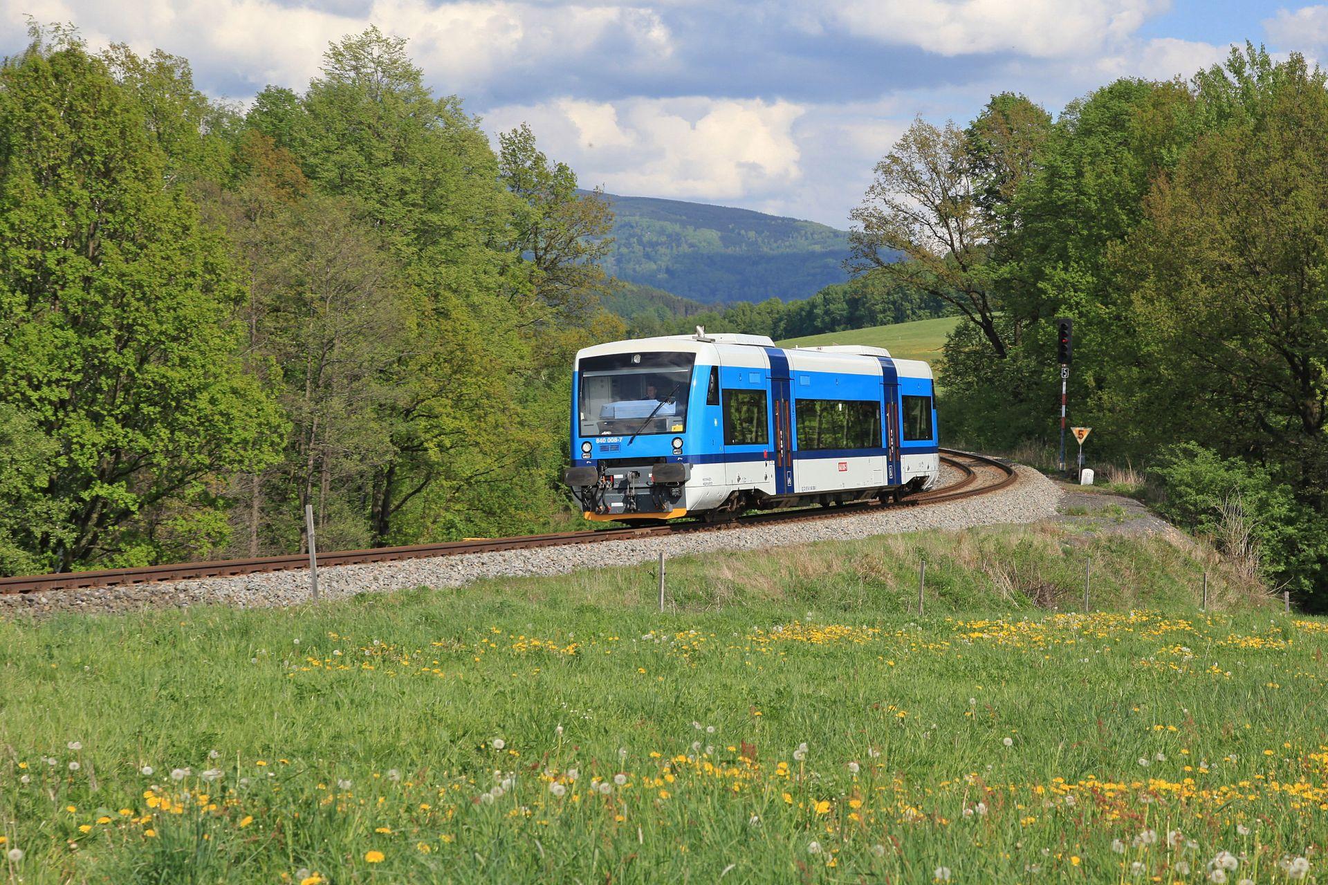 Motorový vůz řady 840 RegioSpider na trati u Frýdlantu. Foto: České dráhy