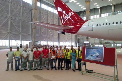 Lakovací tým po dokončení nového laku pro A350-1000. Foto: Virgin Atlantic