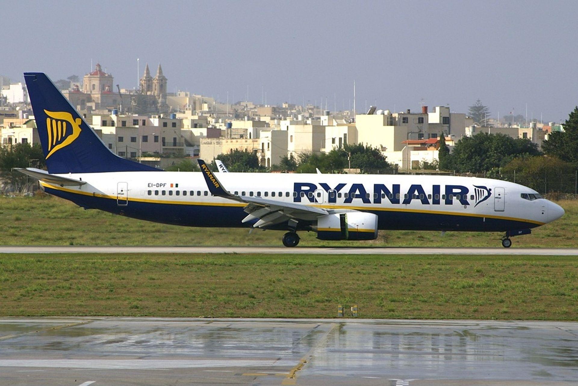 Boeing 737-800 společnosti Ryanair na Maltě. Foto: Peter Bakema / Wikimedia Commons