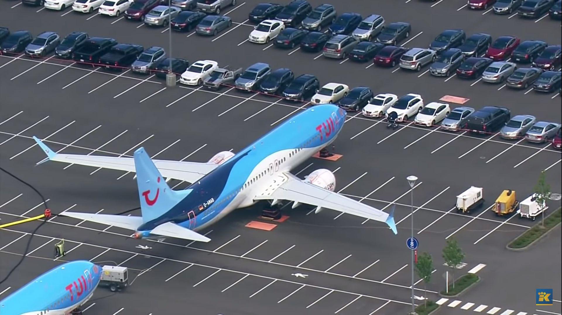 Odstavené boeingy 737 MAX na parkovišti pro zaměstnance v Rentonu. Foto: King TV / Youtube.com