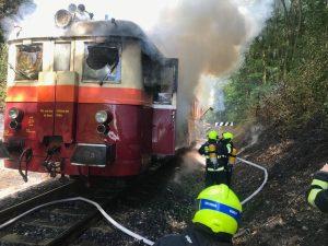Požár motorového vozu 831 na Pražském Semmeringu. Foto: @hasicipraha