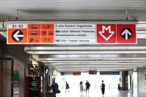 Nová navigační tabule v metru (Nádraží Holešovice). Pramen: DPP