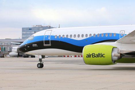 Airbus A220-300 airBaltic v barvách estonské vlajky. Foto: Letiště Praha