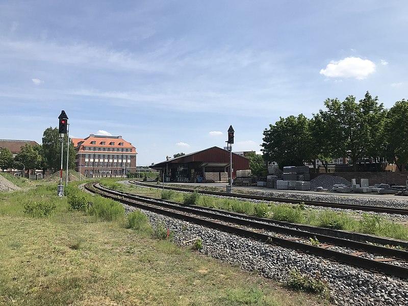 Železniční trať v Nordhornu. Autor: Von Knightriderfan - Eigenes Werk, CC BY-SA 4.0, https://commons.wikimedia.org/w/index.php?curid=62201447